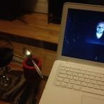 Blobfish dans son petit pot, bouteille de vin et michel-max à l'écran